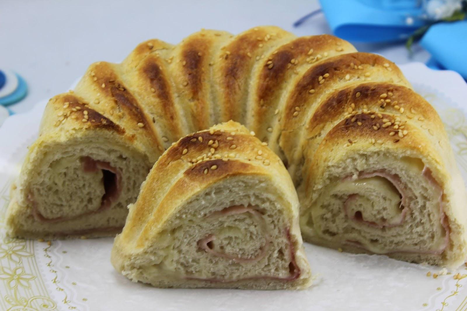 Rosca de pan rellena