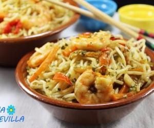 Noodles con verdura y langostinos