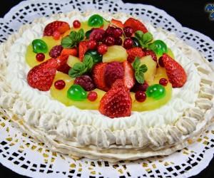 Tarta Pavlova de nata y frutas