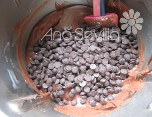 Mezclar  con las gotas de chocolate