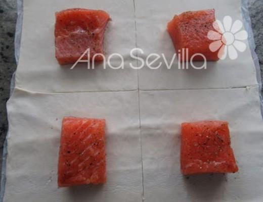 En el centro del hojaldre poner tacos de salmón