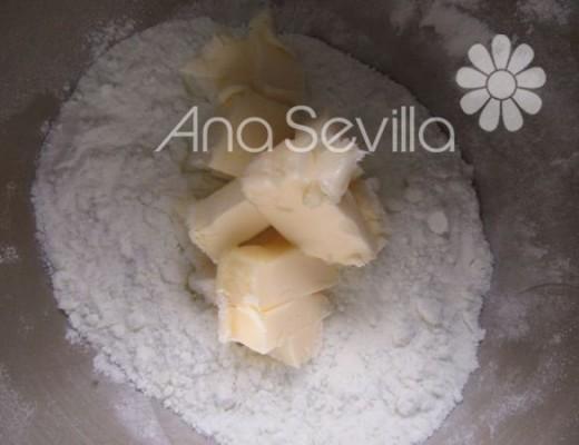 Mezclar la mantequilla, ralladura y azúcar glas