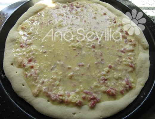 cubrir la base de pizza semi-horneada