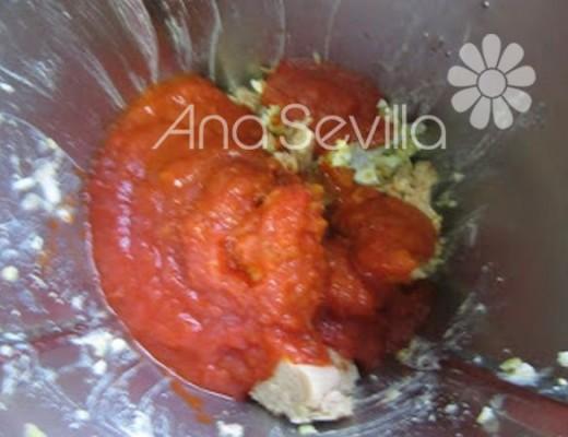 Añadir la salsa de tomate y el atún escurrido.
