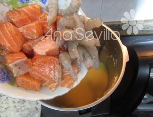 añadir el salmón y langostinos