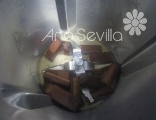 calentar el agua y añadir el chocolate