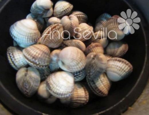 Introducir el cestillo con los berberechos