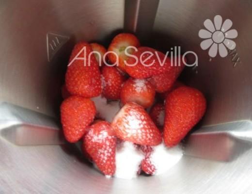 Triturar las fresas con el azúcar
