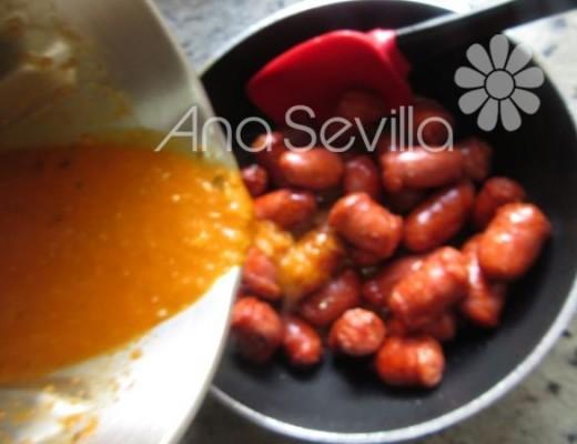 Volcar la salsa sobre las salchichas