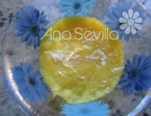 Disolver la gelatina hidratada en un poco de mango caliente