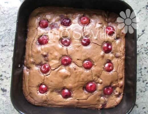 Brownie de cerezas horneado