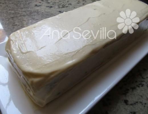 Cubrir con el resto de la mayonesa y adornar a gustos