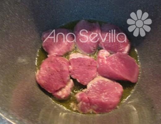 Sellar la carne en medallones gruesos