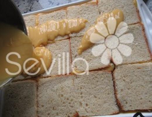 Poner una capa finita de flan y encima el pan bien junto