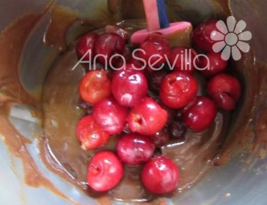 Añadir la mitad de las cerezas