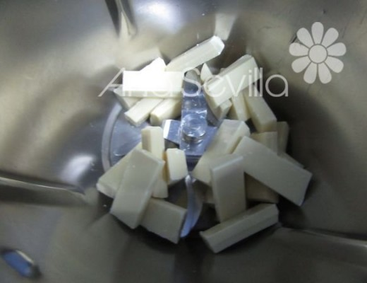 Rallar el chocolate blanco del relleno