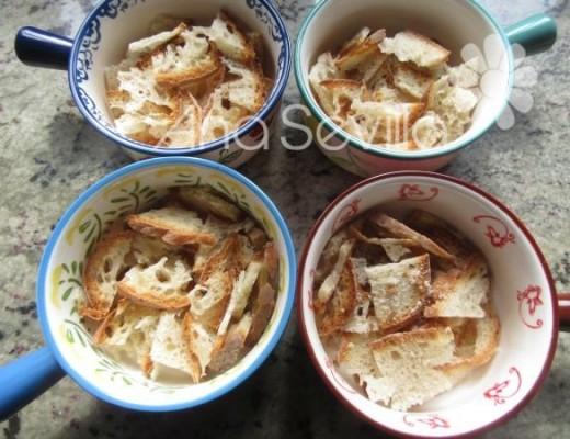 Repartir el caldo en las cazuelitas de pan