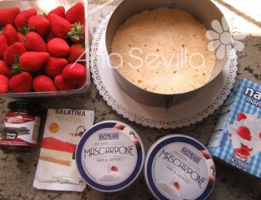 Preparar los ingredientes y ajustar el bizcocho al aro extensible o molde