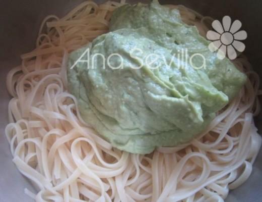 Mezclar la pasta con el pesto de aguacates