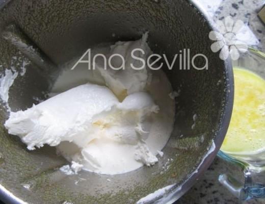 Mezclar la nata con el queso
