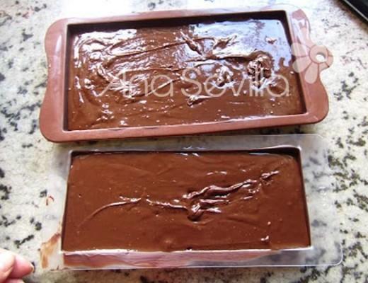 rellenamos los moldes y damos unos golpecitos contra la meseta para que se cuele bien la crema y se alise
