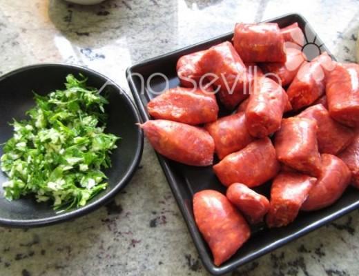 Majada aj y perejil y cortar las salchichas