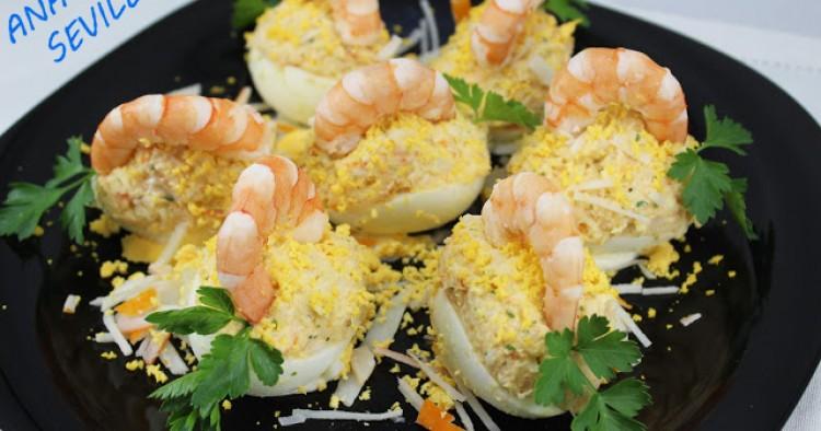 Huevos rellenos de langostinos