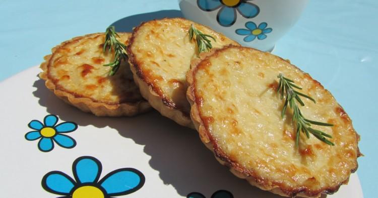 Tartaletas de cebolla y queso fresco