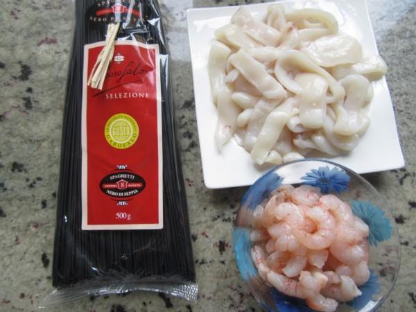 Espaguetis nero di sepia con calamares olla GM